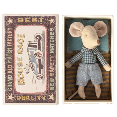 Malý braček myšiak s košeľou v krabičke