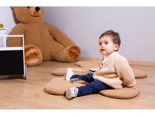 Hracia deka medveď Teddy 150 cm - je mäkká hracia deka z príjemného materiálu, na ktorej môžu deti zažívať dobrodružstvo pri hre s kockami, autíčkami alebo iba leňošiť a oddychovať pri čítaní prvých kníh.